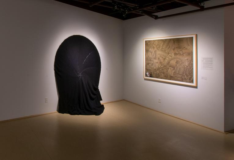 Diane Dubeau Tricot circulaire de laine noire accroché au mur